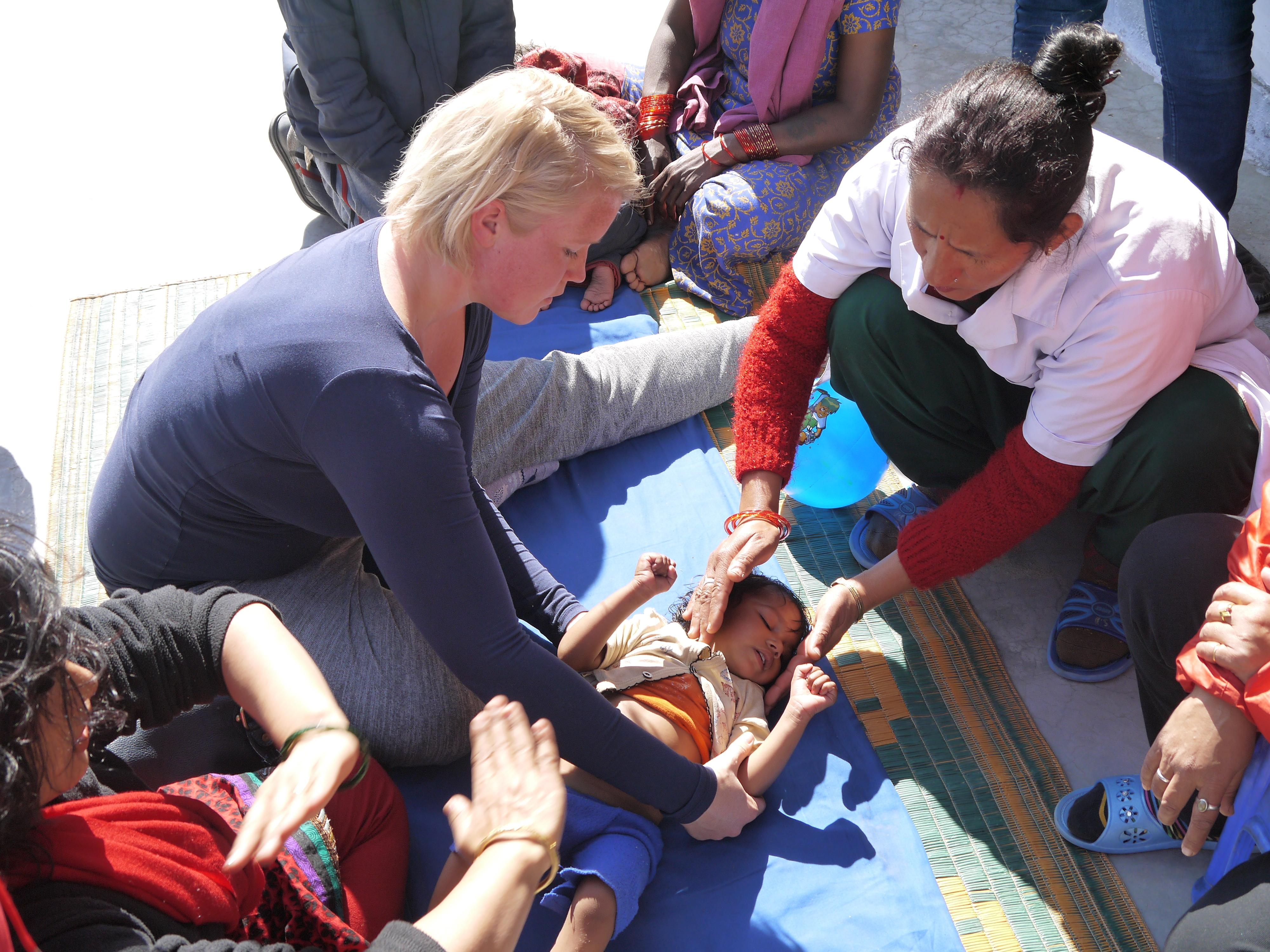 Internas de Fisioterapia ayudan a una niña durante sus ejercicios.